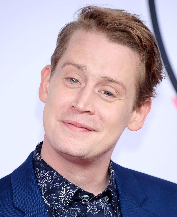 Macaulay Culkin hymyili tyytyväisenä American Music Awards -tapahtumassa.