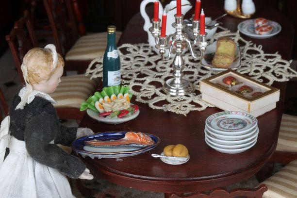 Muun muassa erilaiset ruoat kuuluvat nukkekodin pieniin yksityiskohtiin.
