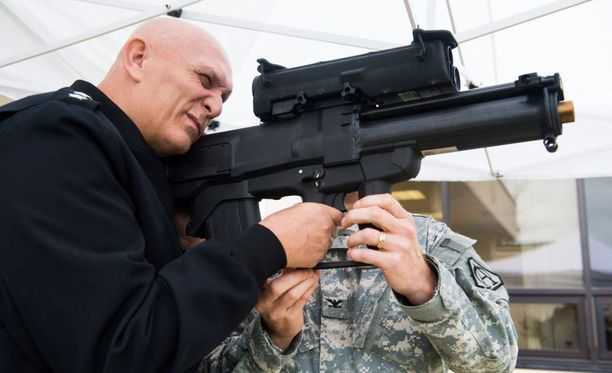 Armeijan silloinen päällikkö kenraali Ray Odierno tähtäilee XM-25:llä vuonna 2013.