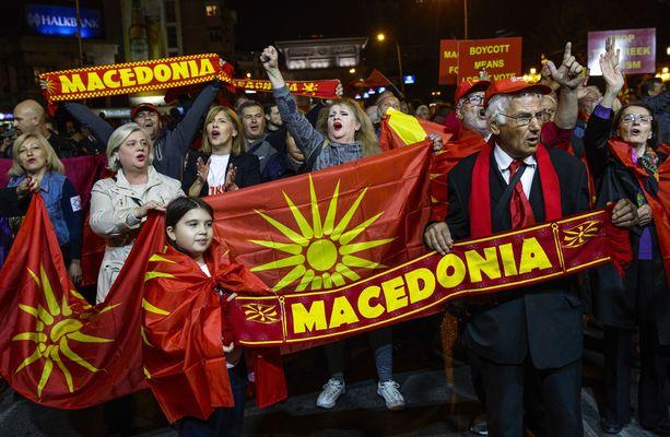Osa makedonialaisista vastustaa maan nimen vaihtamista. Kuva otettu mielenosoituksista syyskuussa.