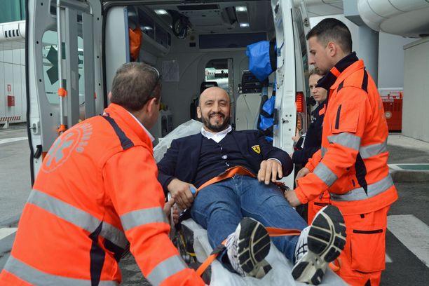 Francesco Cigarinia vietiin ambulanssiin Rooman lentokentällä huhtikuun 12. päivä.