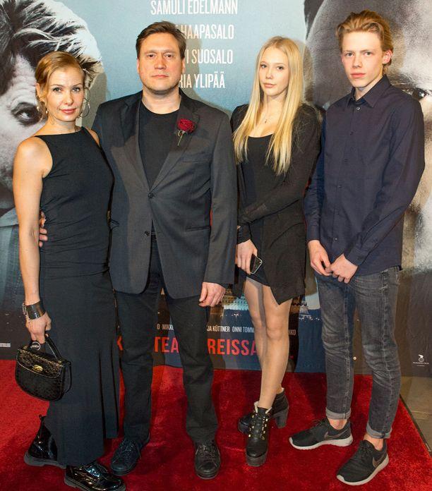 Samuli Edelmann saapui ensi-iltaan yhdessä Laura-vaimonsa ja Venla-tyttärensä kanssa. Venlalla oli mukana poikaystävä Markus Watkins.