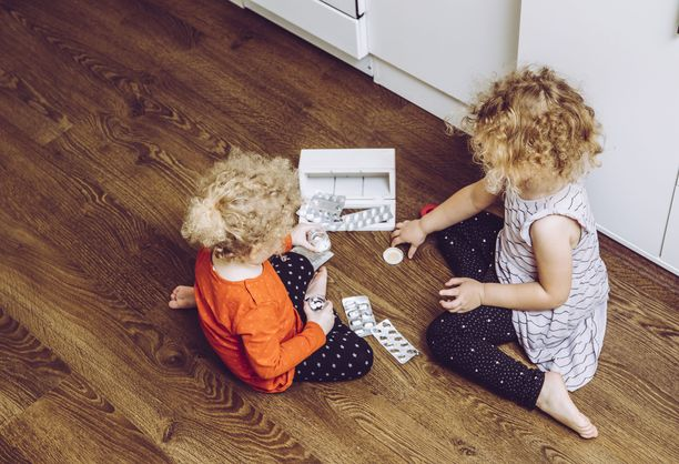Jos lapsi on napsinut omin päin jotain lääkettä, myrkytyksen oireet voivat olla monenlaisia. Lapsi voi olla pahoinvoiva, oksennella ja häntä voi huimata. Myös yskiminen ja hengitysvaikeudet ovat myrkytyksen oireita.