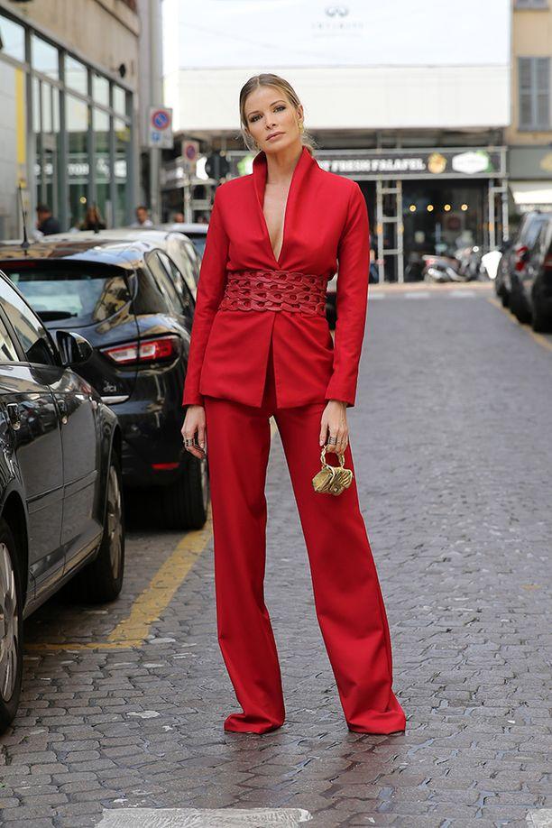 Korsettimainen vyötäröosa ja kirkkaanpunainen väri tekevät tästä pukutyylistä häikäisevän.