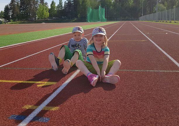 Jaro ja Juuli Riihonen ovat selvinneet äidin kuolemasta, vaikka äidinikävä on välillä todella kovaa.