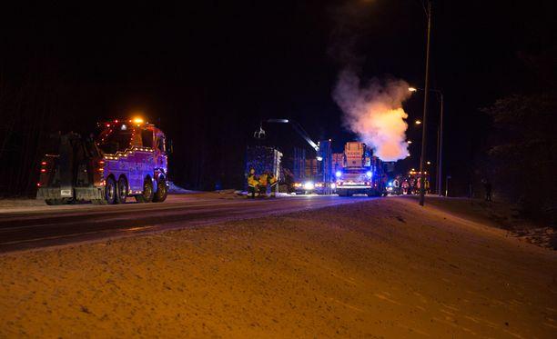 Poliisi kertoo, että henkilöauto oli matkalla Jyväskylään päin ja rekka Äänekosken suuntaan.