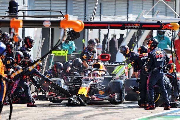 Red Bull sähläsi Max Verstappenin varikkopysähdyksen.