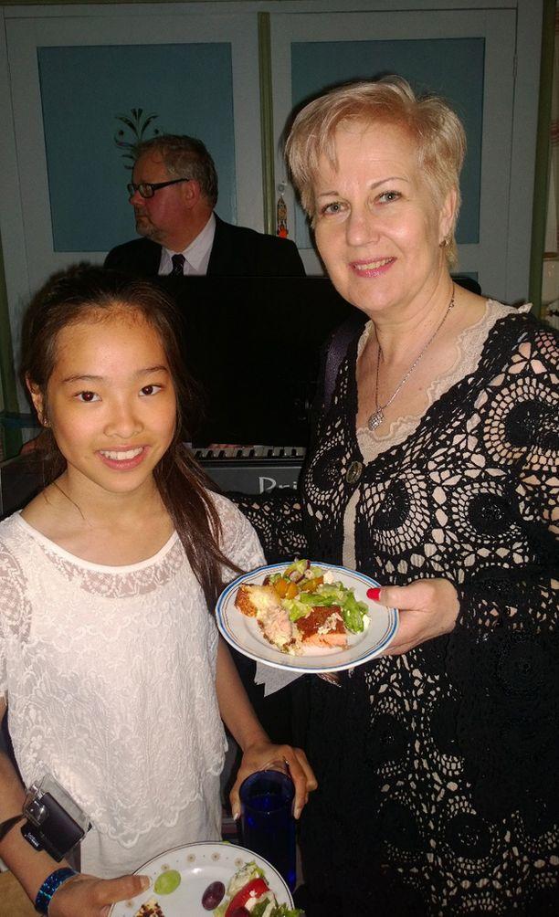 Leonoora ja Suvi nauttivat avajaisissa pohjalaisen pitopöydän antimista.