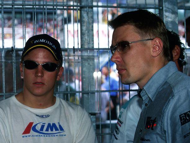 Nuori mies Kimi Räikkönen ja vanha mies Mika Häkkinen tutustuivat toisiinsa kaudella 2001, kun Räikkönen debytoi F1:ssä. Kauden päätteeksi Häkkinen vetäytyi F1-radoilta, ja Räikkönen otti hänen paikkansa McLarenilla.