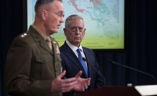Yhdysvaltain puolustusministeri James Mattis sekä maan asevoimien komentaja, kenraali Joseph Dunford kuvattuna Isisin vastaisia iskuja käsittelevässä tiedotustilaisuudessa Washingtonissa 19. toukokuuta.