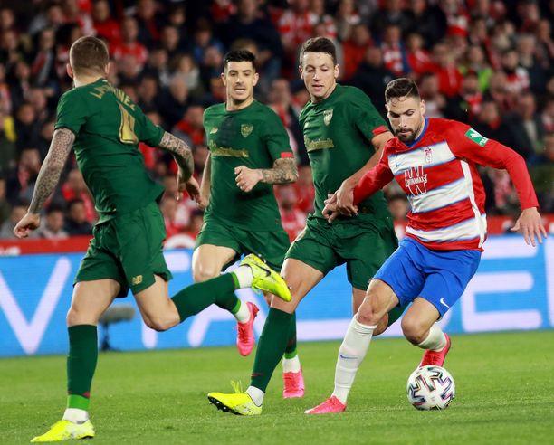 Granadan Antonio Puertas (oik) taisteli vihreäpaitaisten Athletic Bilbaon pelaajien kanssa maaliskuussa Copa del Reyssä.