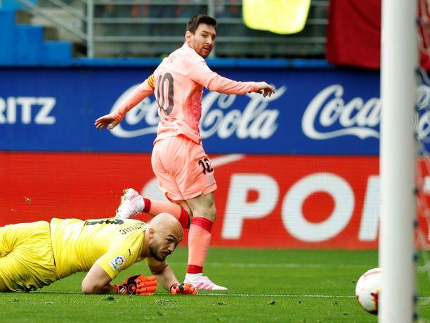 Lionel Messi ohitti Marko Dmitrovicin kahdesti.