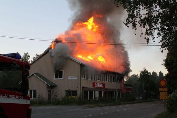 Kello 22.53 rakennuksen katto oli jo kunnolla tulessa.