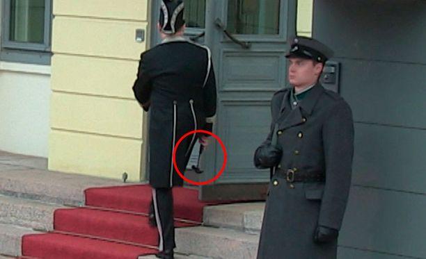 Virastomestari hiippaili vasara kädessä vain hetkeä ennen presidenttien saapumista.