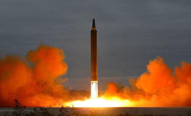 Pohjois-Korean uutistoimisto KCNA:n julkaisema kuva, jonka väitetään näyttävän tiistaiaamun ohjuslaukaisun.