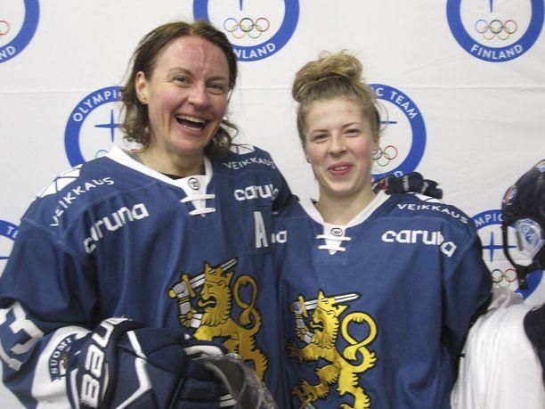 Riikka Välilä ja Sanni Hakala ovat pelikavereita paitsi Naisleijonissa, myös ruotsalaisessa HV 71:ssä.