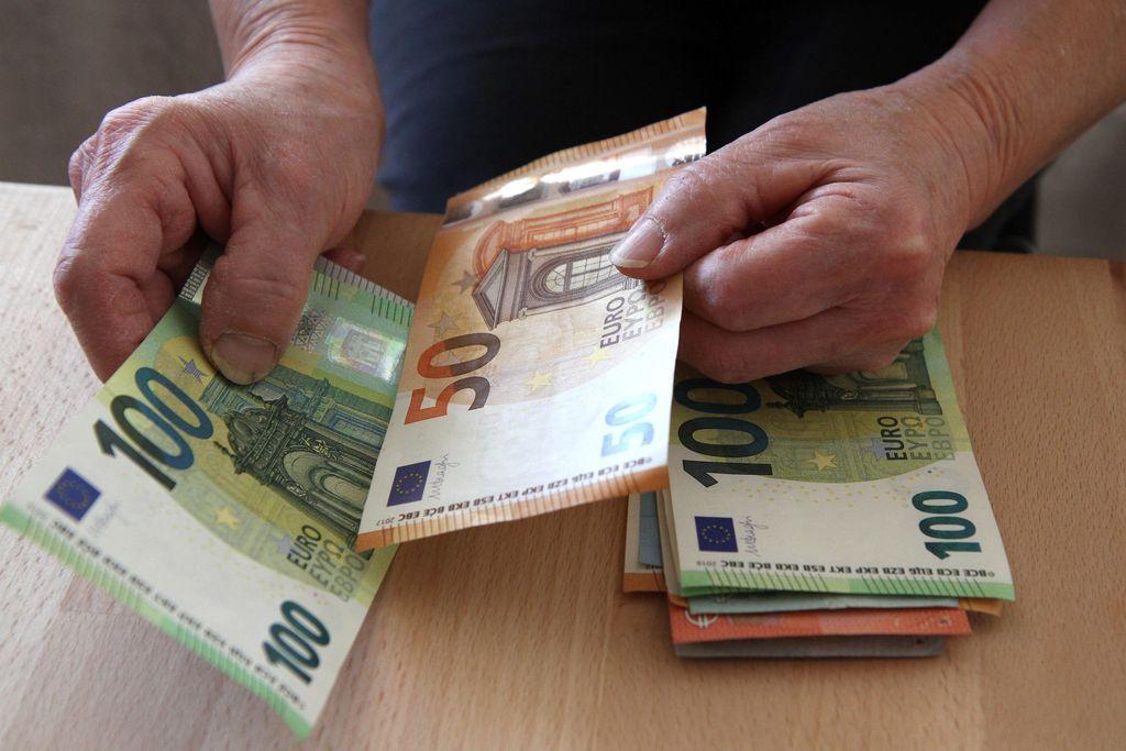 Porilaiskaksikko varasti iäkkäältä mieheltä 50000 euroa – setelitukko löytyi sohvan sisältä