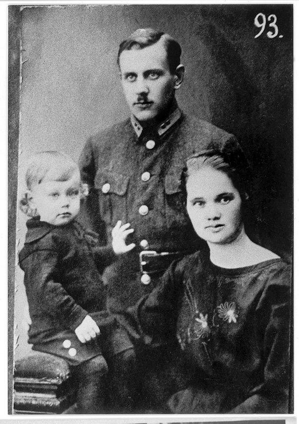 Turvallisuuspalvelun upseeri Woldemar Lillack puolisonsa Jennyn ja poikansa kanssa. Lillack toimi kuulustelijana Petroskoissa vuodesta 1932 alkaen. Hän joutui 1935-1938 mielisairaalaan ja pelastui teloitukselta.