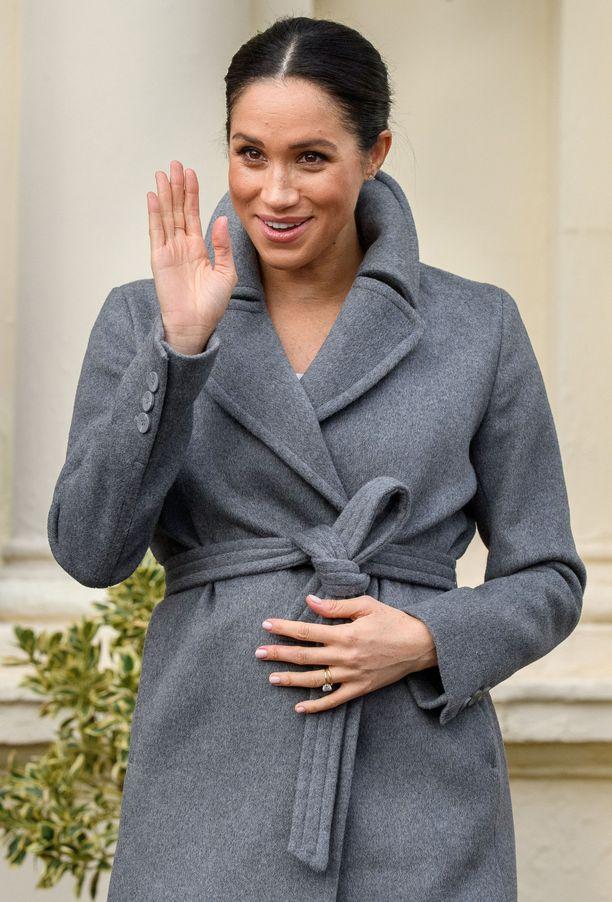 Meghan ei näyttänyt välittävän British Fashion Awards -gaalassa syntyneestä kohusta, vaan edusti hyväntuulisena ja odotusvatsaansa pidellen.