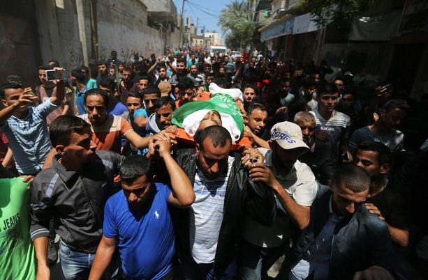 Maanantain väkivaltaisuuksissa kuollut Mohammed Dwedar, 27, haudattiin maanantaina.