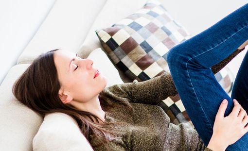 Hyviä uutisia: naisten suorastaan täytyy levätä sohvalla töiden jälkeen.