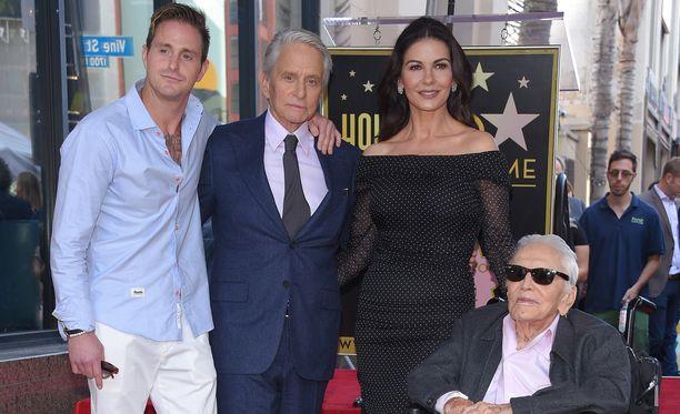 Perhepotretti. Vasemmalta: Cameron Douglas, Michael Douglas, Catherine Zeta-Jones ja Kirk Douglas (pyörätuolissa).