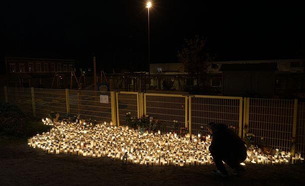 Porvoon surmapaikalla oli maanantaina runsaasti kynttilöitä.