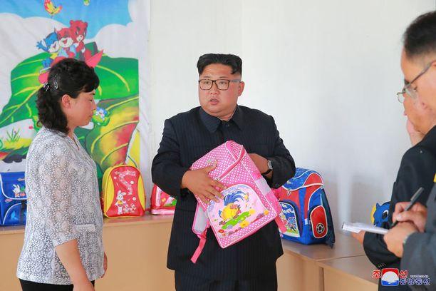 Erityisesti vaaleanpunainen reppu mietitytti Kimiä.