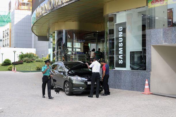 Ostoskeskuksen ulkopuolella autoja tarkastettiin pommien varalta.