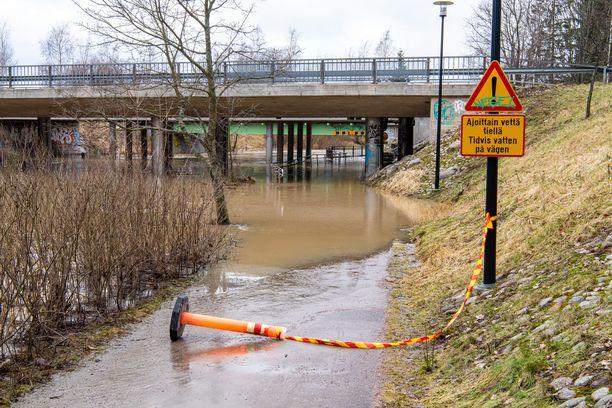 Jatkuvat sateet ovat tuoneet mukanaan myös tulvat, jotka eivät yleensä kuulu tähän vuodenaikaan. Kuva Vantaalta, jossa alikulku on suljettu tulvan takia.