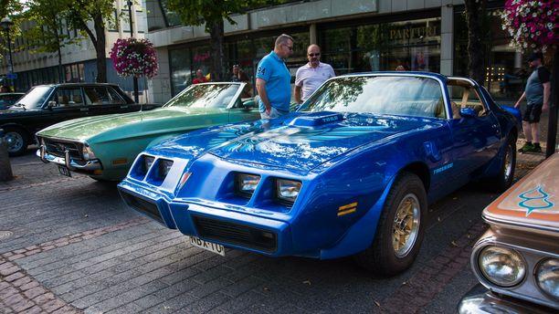 80-luvun alun Pontiac Trans Am herättää keskustelua.