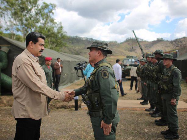 Venezuelan presidentinkanslia julkaisi maanantaina kuvia presidentti Nicolas Madurosta tapaamassa armeijan ylintä johtoa. Kuvassa hän kättelee puolustusministeri Vladimir Padrino Lopezia.
