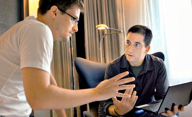Kuvassa Edward Snowden (vas.) ja toimittaja Glenn Greenwald Hong Kongissa.
