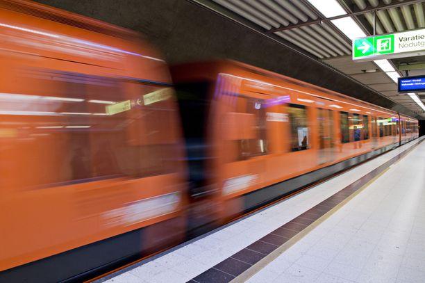 Epäilty ryöstö tapahtui metroasemalla Helsingissä. Kuvituskuva.