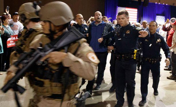Välikohtauksen jälkeen mies saatettiin pois tarkoin vartioidusta kampanjatilaisuudesta.