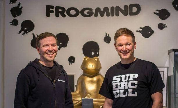 Frogmindin Johannes Vuorinen (vas.) ja Supercellin Ilkka Paanenen vaikuttavat olevan tyytyväisiä uuteen yhteistyöhön.