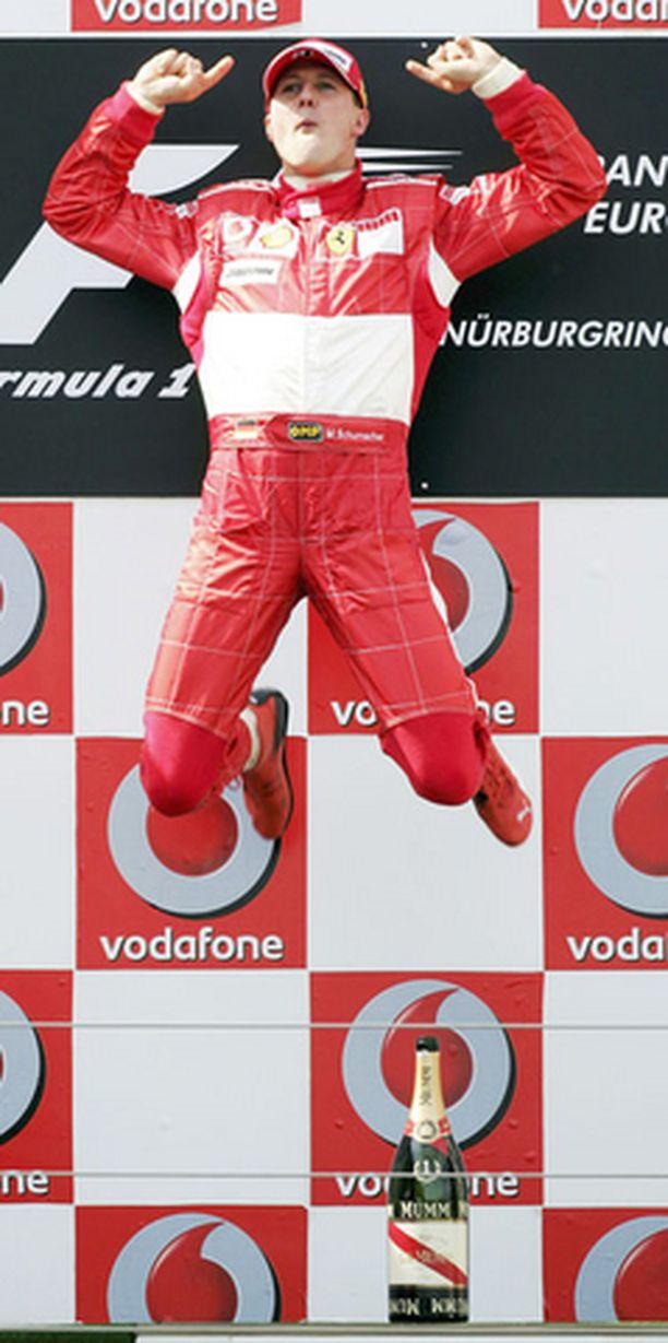 VOITONMERKKI. Schumacherin tavaramerkiksi muodostunut voitonhyppy nähtiin sunnuntaina Nürburgringin palkintokorokkeella.
