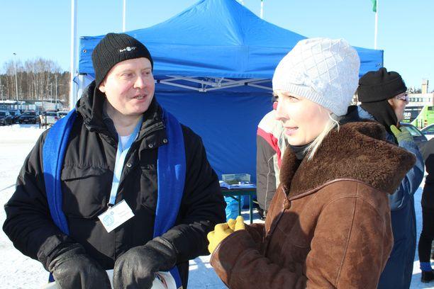 Kuvassa Teemu Torssonen tekee vaalityötä vuonna 2017. Vieressä nykyinen euroedustaja Laura Huhtasaari (ps).