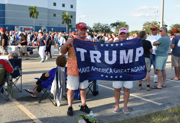 """Floridan länsirannikolta North Redington Beachilta tulleiden Curt Hagermanin ja Barb Ammin mukaan Yhdysvalloissa on nyt parempi tunnelma, kun """"presidenttinä ei ole joku, joka panettelee amerikkalaisia""""."""