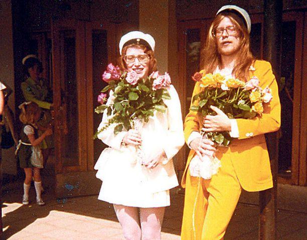 """– Luokkakaverini Anitan kanssa tuoreina ylioppilaina. Minulla oli """"se"""" puku, samanvärinen takki kuin Lennonilla Stawberryfiedsissa."""