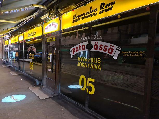 Ravintola Pataässän edessä oli hiljaista torstain vastaisena yönä kello 00 aikaan.