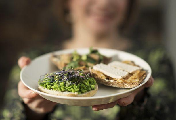 Kuvassa klimataarisen ruokavalion mukaisia välipalaleipiä.