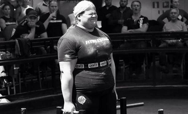 Anniina Vaaranmaa nostaa huikeita kilomääriä. Unelmana on olla maailman vahvin nainen.