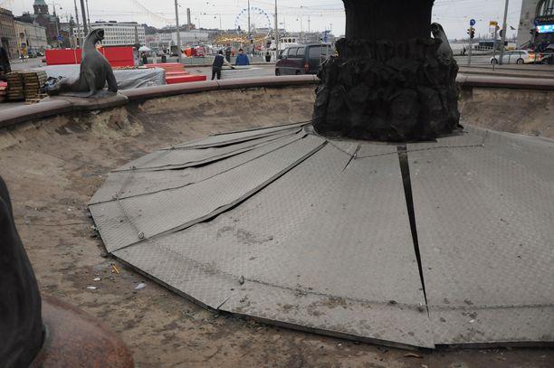Allasosan pohjalla olevien putkien suojaksi asetetut terässuojat olivat vääntyneet.