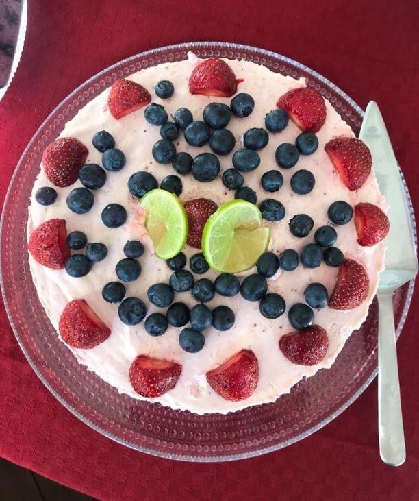 Kakun koristelussa voi käyttää luovuutta.