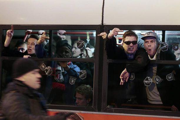 Feyenoordin kannattajat olivat rähinätuulella matkallaan olympiastadionille.