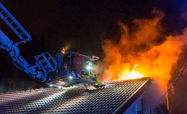 Hätäkeskus sai useita ilmoituksia rajulta vaikuttaneesta tulipalosta.