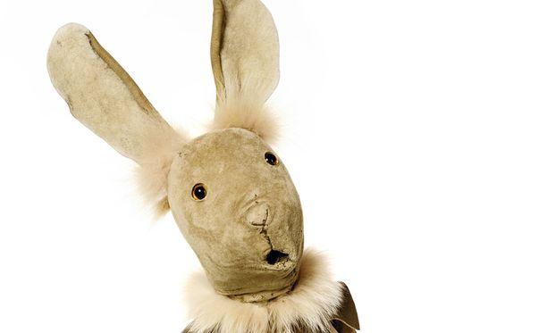 Neponen on tuttu myös Pikku kakkosesta. Sen nukettaja on Anu Tuomi-Nikula, joka on käsikirjoittanut joulukalenterin. Nuken on tehnyt Anna-Liisa Tarvainen.