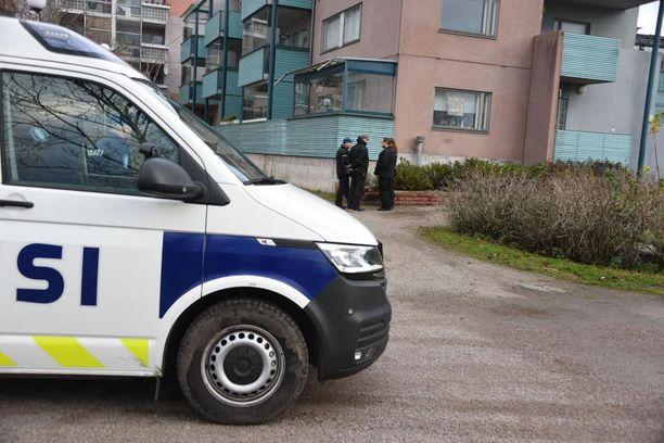 Poliisi tutki ruumiin löytöpaikkaa torstaipäivän aikana.