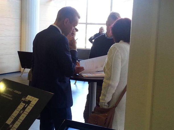 Malmin nainen (oikeassa laidassa) kertoi Helsingin käräjäoikeudessa viime syyskuussa krp:ltä saamistaan raha-avustuksista. Vieressä naisen asianajaja Juha - Pekka Hippi.
